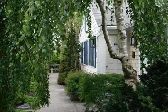 Pleasant Bay Village: Front of Deluxe Queen Rooms