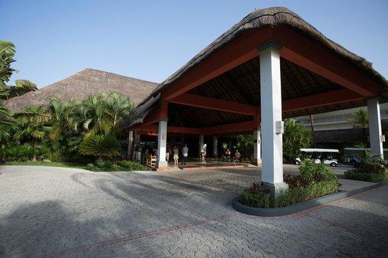 Grand Palladium Kantenah Resort & Spa: Front entrance