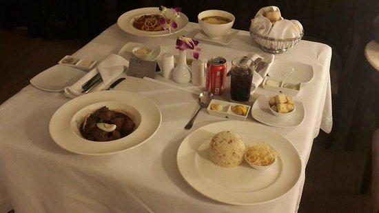 Sofitel Philippine Plaza Manila : room service dinner