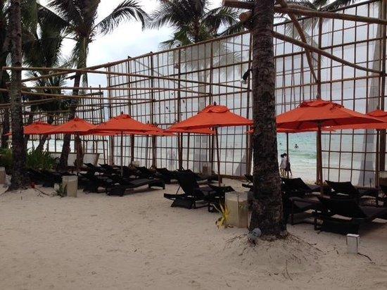 The District Boracay: Sun Lounge at the beach