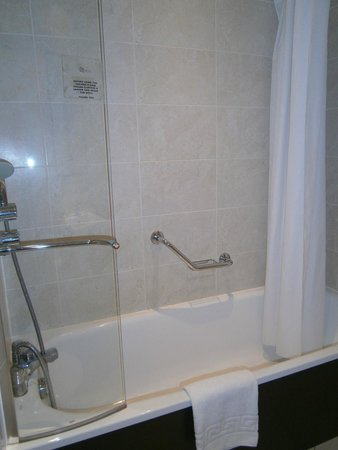 Stratford Manor Hotel: Double Room Bathroom - March 2012