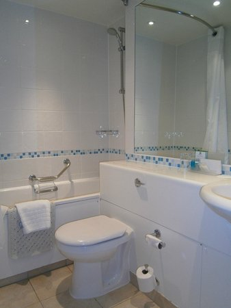 Holiday Inn Cardiff City Centre: Double Bed with Twin Sofa Bed Bathroom - March 2012