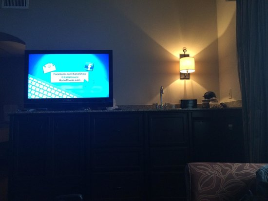 Embassy Suites by Hilton Flagstaff : Large TV in living area