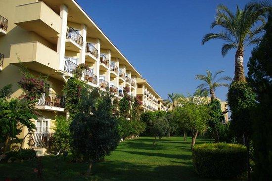 Belek Beach Resort Hotel: View from garden to the Hotel.
