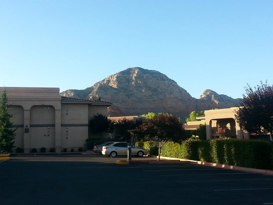 Sedona Real Inn and Suites: View from hotel grounds of surrounding mountains