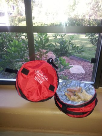 Sedona Real Inn and Suites: Complimentary dog bowls with treats provided by hotel