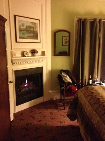 Olallieberry Inn: Cozy room....