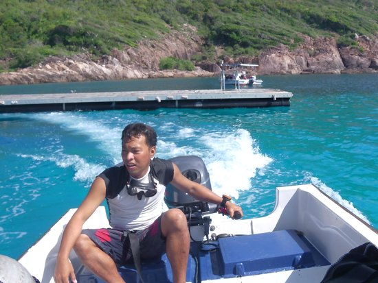 The Taaras Beach & Spa Resort : Padi instructor Fred, taking us back to the Resort after a dive at the Pontoon