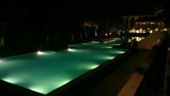 Centara Ceysands Resort & Spa Sri Lanka: Pool at night