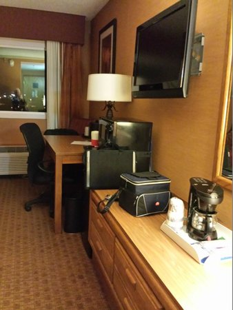 Holiday Inn Wilkes Barre East Mountain : Room showing the TV, Microwave & Refrigerator