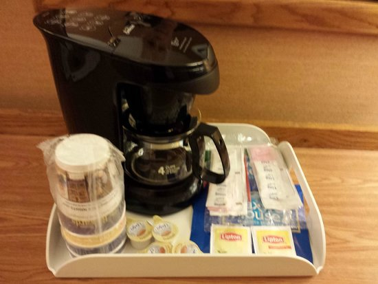 Holiday Inn Wilkes Barre East Mountain : Coffee maker with Sufficient Creamer & Sugars