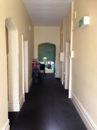 Pirates Backpackers Fremantle: upstairs hallway