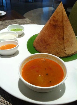 WelcomHotel Dwarka: Freshly prepared dosa with chutneys