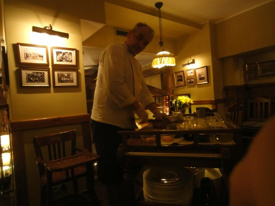 Stary Dom Restaurant: Chef preparing the tatar.