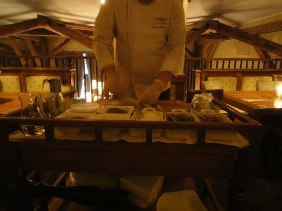 Stary Dom Restaurant: Chef preparing the tatar.