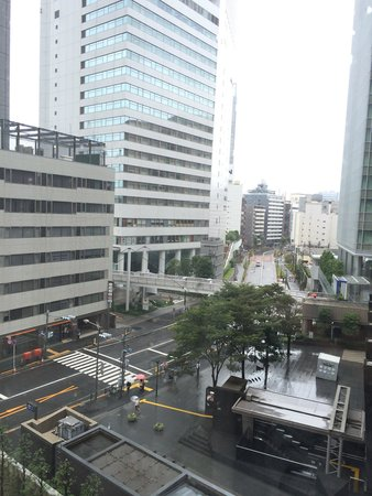 Hotel Sunroute Plaza Shinjuku : View from hotel room at 6th floor. That's the stairways leading to the underpass subway(not JR)