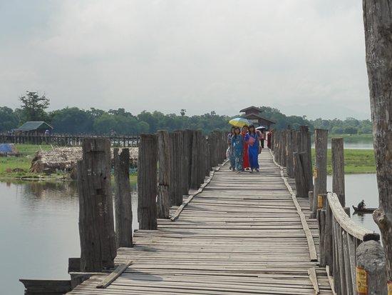 U Bein Bridge: 橋の上の様子