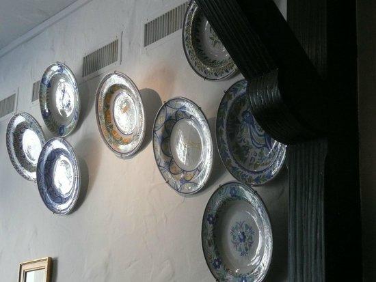 Assiettes décoratives sur les murs - Picture of Tasca Romero, Zurich ...