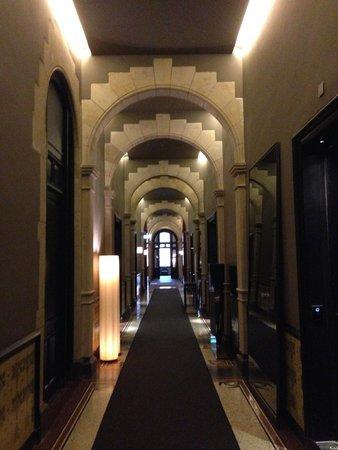 Conservatorium Hotel: коридор