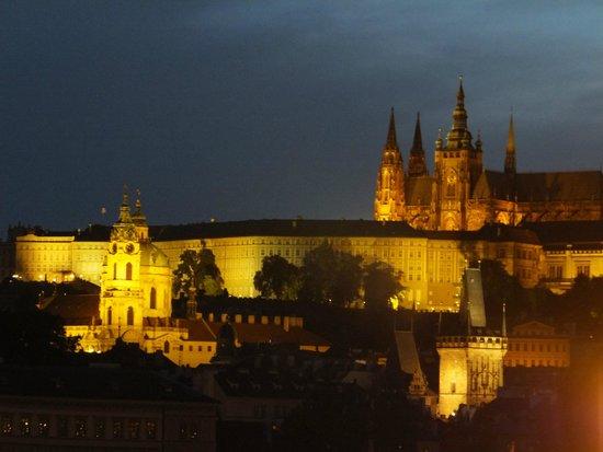 Hotel Leonardo Prague: Vue du Château depuis notre chambre le soir