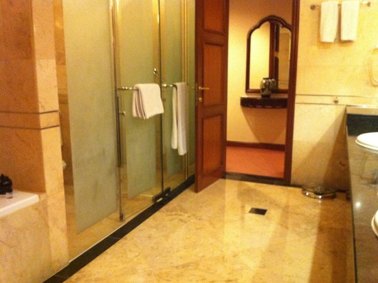 The Ritz-Carlton Jakarta, Mega Kuningan: Walk in shower