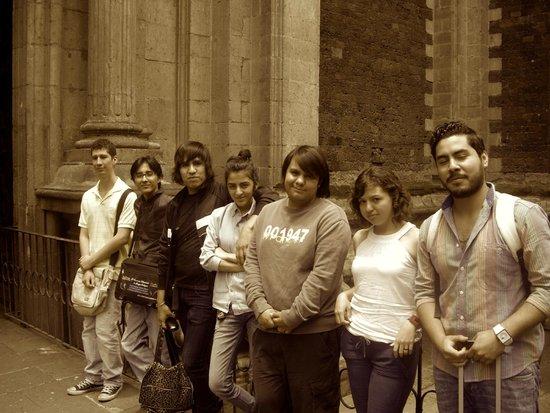 Pinacoteca de la Profesa: Alumnos del Instituto Superior de Intérpretes y Traductores saliendo del recorrido por la Pinaco