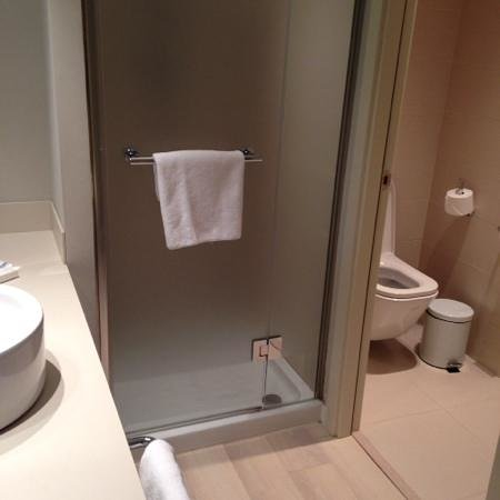 Barcelo Bilbao Nervion: bathroom area which opens up to bedroom