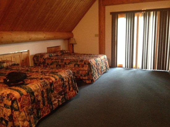 Yukon Motel : Spacious upstairs bedroom has balcony, dining table and separate bathroom and shower