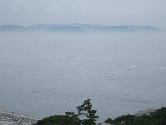 Enoshima Sea Candle: ヨットと遠くにかすむ三浦半島