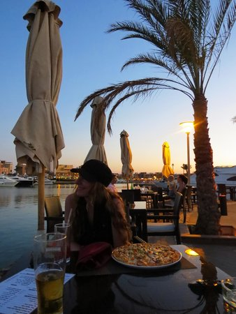 Moods Restaurant & Beach Club: Pizza at sunset