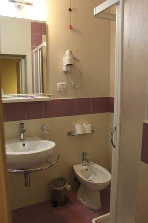 Hotel Mondial: Ванная