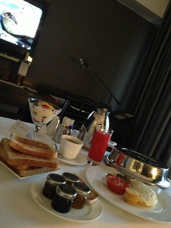 The Mira Hong Kong: Room service and breakfast, quick and good food. Although the breakfast buffet was much better.