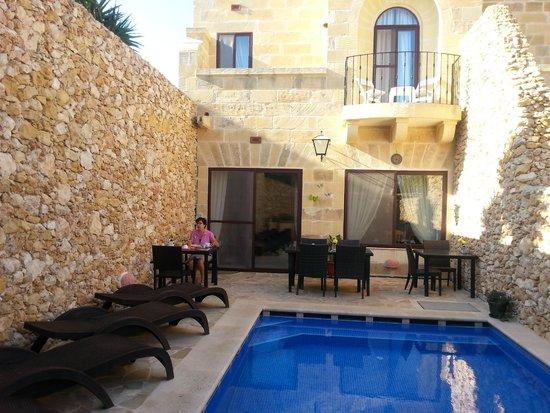 Gozo Hills Bed and Breakfast : colazione a bordo piscina