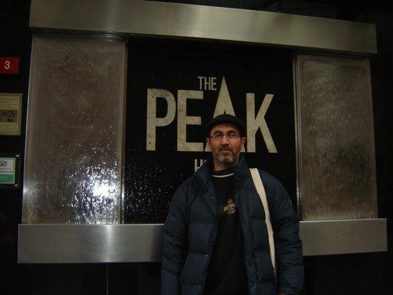 The Peak Hotel: Εισοδος του ξενοδοχειου.
