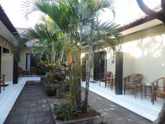 Legian Guest House: Garden