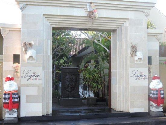 Legian Guest House: Gate