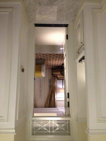 The Hermitage Jakarta: Couloir entre séjour et chambre
