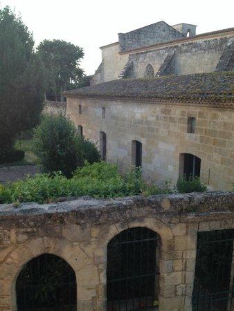 Maison de la Commanderie: View of medieval cloister and vineyards