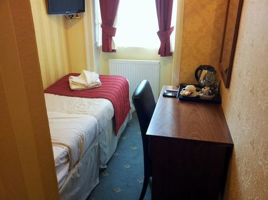 Avonmore Hotel : could this be the smallest single room in London?!