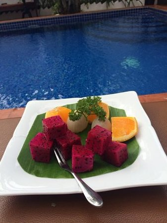 Hilary's Boutique Hotel: fresh fruit by the pool