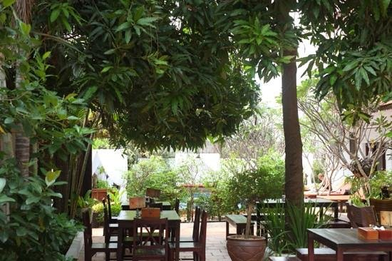 Hilary's Boutique Hotel: outdoor breakfast area - you can also sit in the restaurant