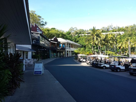 Reef View Hotel: Main shopping strip on the island where there are cafes, some 5* restaurants and closer to the Y