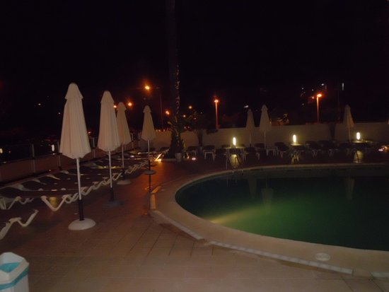 Hotel RH Bayren Parc: Piscina por la noche.