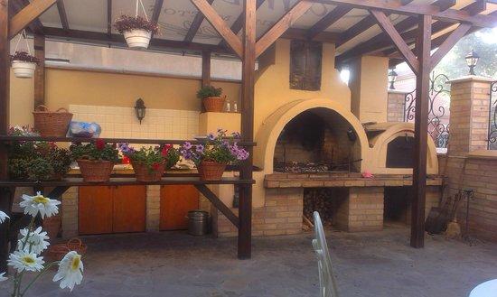 Lambert Guest House: мангал, летняя кухня