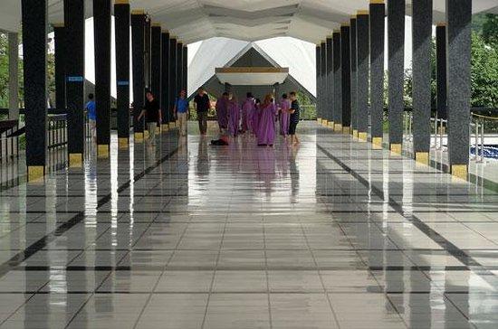 National Mosque (Masjid Negara) : ピカピカの床