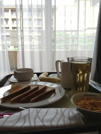 Chimelong Hotel: Cold toast and moist cereal.. The banana was good at least ;)