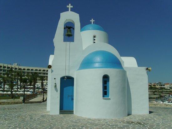 Windmills Hotel Apartments: Церковь рядом с пляжем.
