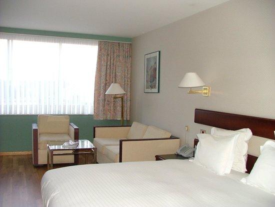 Bedford Hotel & Congress Centre : Habitación con vistas a la calle principal