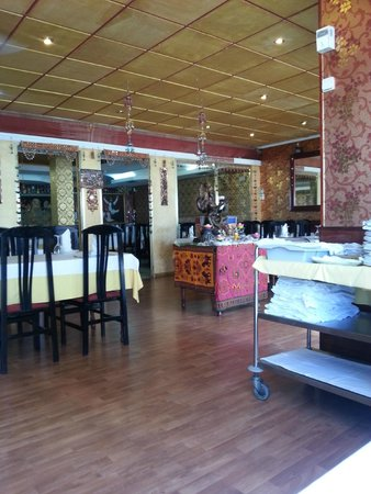 India Gate: Inside the restaurant. It is very nicely decorated.