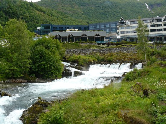 Hotel Union Geiranger: hotel from the waterfall walk